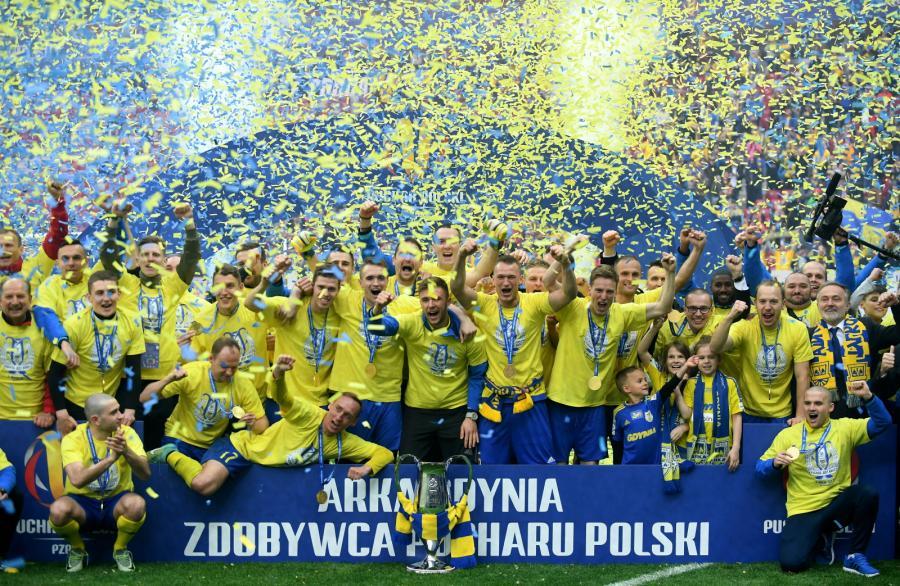 Piłkarze Arki Gdynia z Pucharem Polski. Arka wygrała 2:1 po dogrywce w finale Pucharu Polski z Lechem Poznań