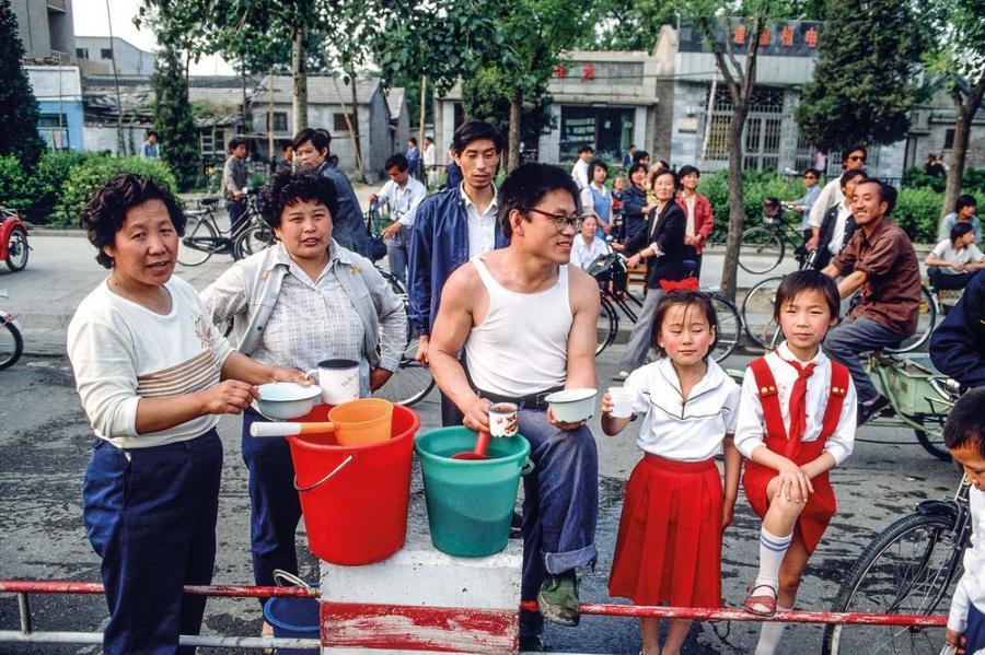 Pekin, Chiny. Plac Tiananmen, maj 1989. Okupacja placu przez protestujacych studentow. Rodzina oferuje picie dla strajkujacych / Fot. Chris Niedenthal