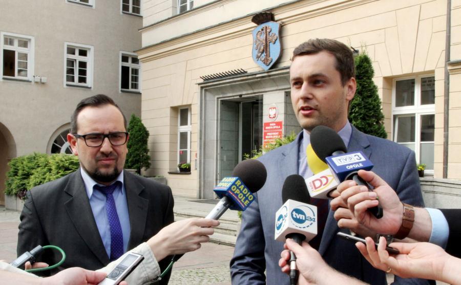 Przewodniczący klubu radnych PiS w Radzie Miasta Opola Sławomir Batko (P) i radny PiS Marek Kawa