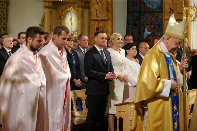 Prezydent Andrzej Duda (centrum-L) z małżonką Agatą Kornhauser-Dudą (C) i premier Beata Szydło (centrum-P)