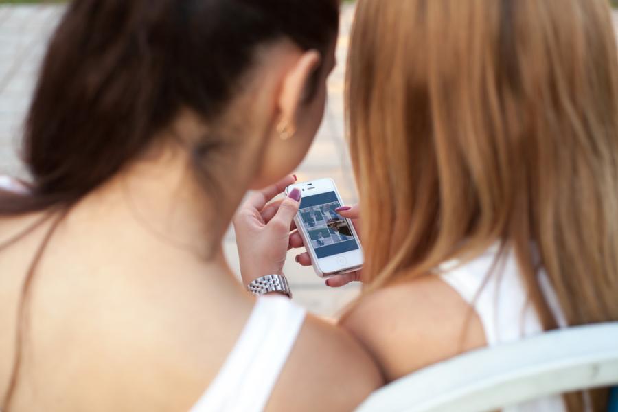 Kobiety przeglądające zdjęcia na Instagramie