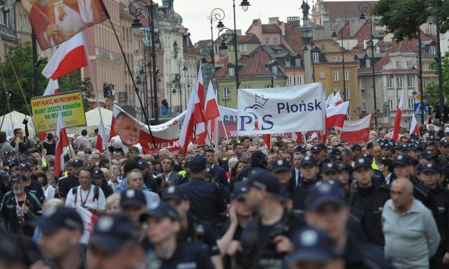 Marsz pamięci, politycy PiS, policja i Obywatele RP z białymi różami. Kolejna miesięcznica za nami [GALERIA]