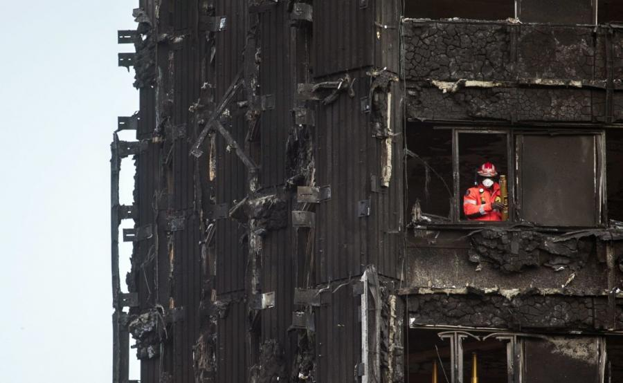 Strażak pracujący w spalonym budynku