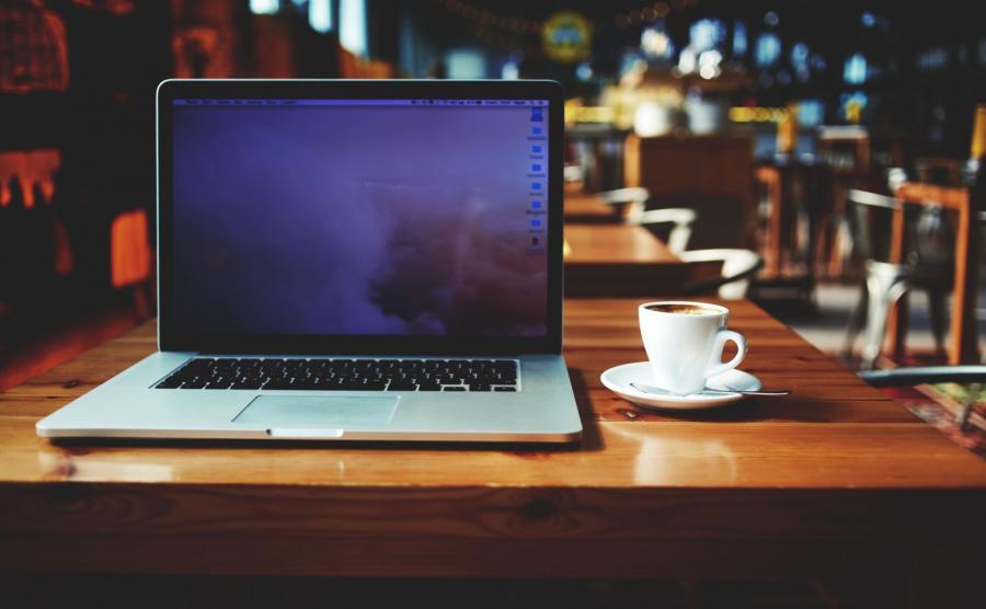 Laptop na kawiarnianym stoliku