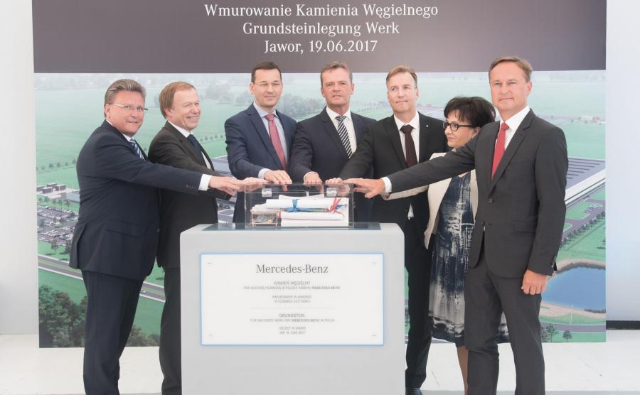 Niemiecki koncern Daimler AG rozpoczyna w Jaworze (Dolnośląskie) budowę fabryki Mercedes-Benz