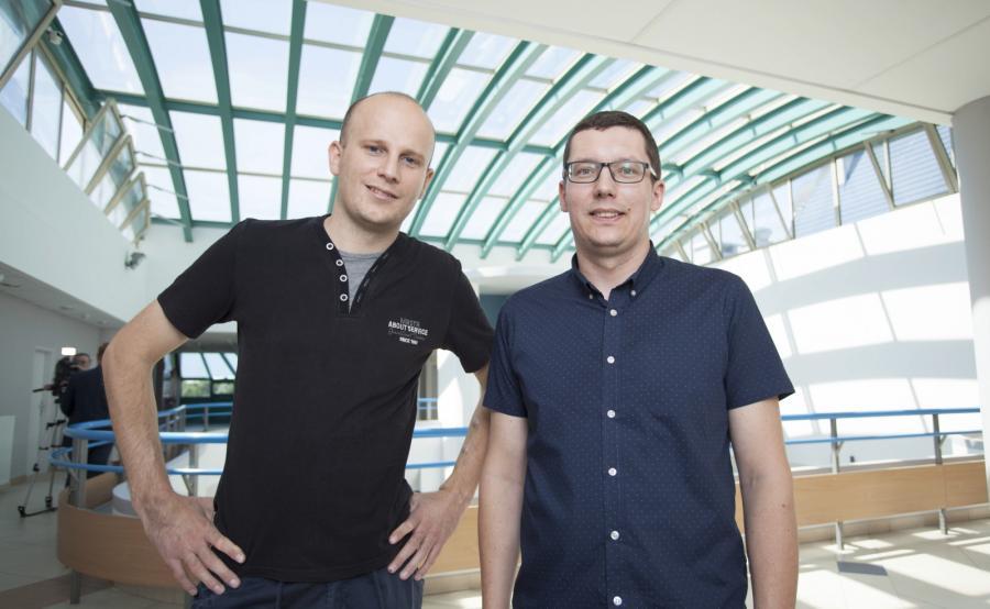 Biorca nerki Adrian Bartosik (L) i dawca nerki Daniel Burniak (P)