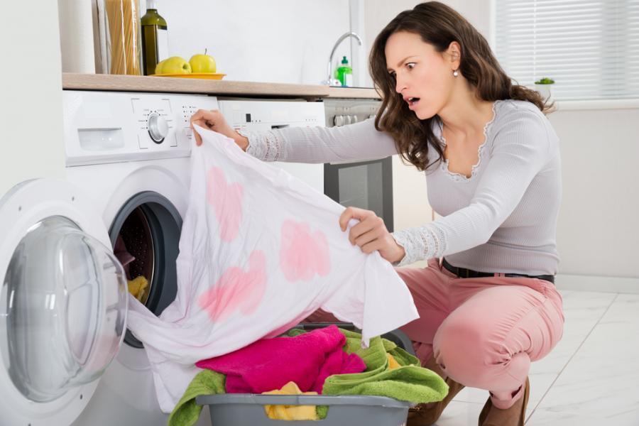 Kobieta przy pralce