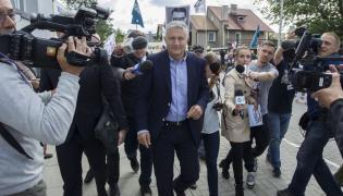 Władysław Frasyniuk w drodze na komisariat