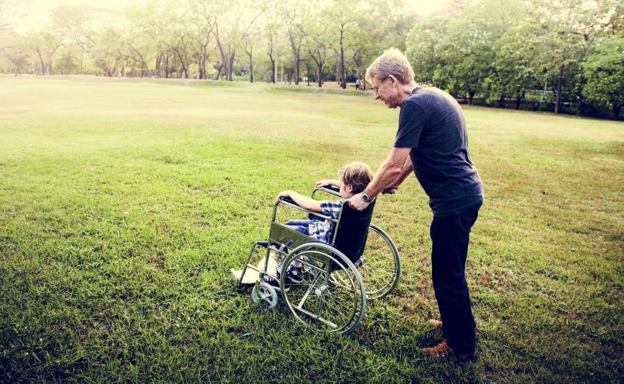 Niepełnosprawne dziecko na wózku inwalidzkim