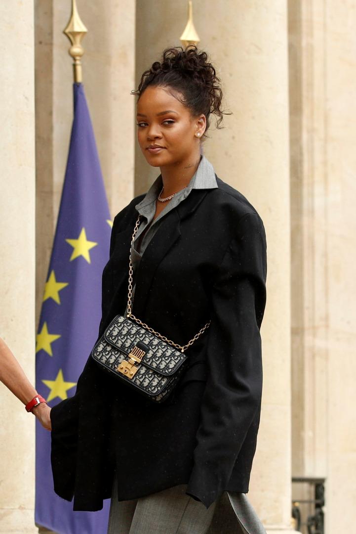 Rihanna w drodze do Pałacu Elizejskiego