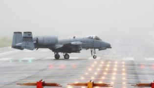 Amerykański A-10 w bazie w Korei Południowej