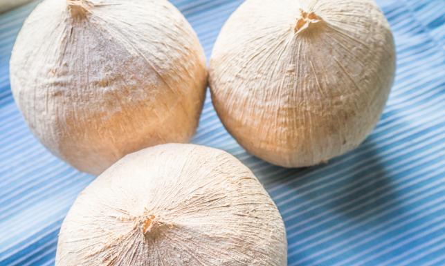 Młody kokos nie tylko na kaca. Nawadnia, ale i odmładza...