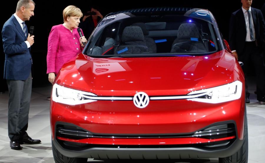Kanclerz Angela Merkel na stoisku VW. W jej obecności Herbert Diess, szef marki Volkswagen Samochody Osobowe, ogłosił że w 2019 roku także w czasie salonu samochodowego we Frankfurcie zobaczymy produkcyjną wersję pierwszego elektrycznego modelu z rodziny I.D.