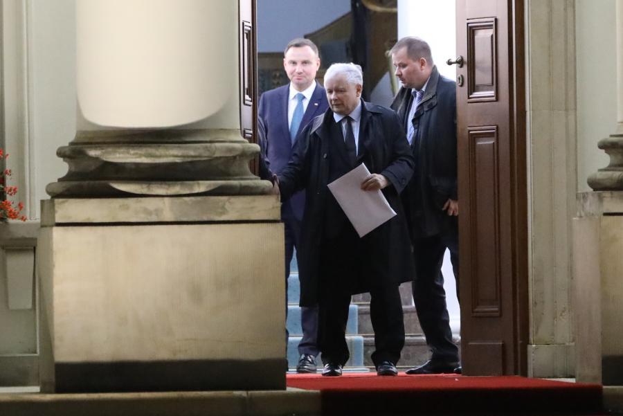 Prezes Prawa i Sprawiedliwości Jarosław Kaczyński (C) wychodzi z Belwederu, 20 bm. po spotkaniu z prezydentem Andrzejem Dudą