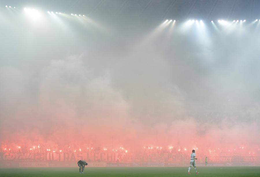 Kibice Lechii Gdańsk palą race podczas meczu o mistrzostwo piłkarskiej Ekstraklasy z Wisłą Płock w Gdańsku