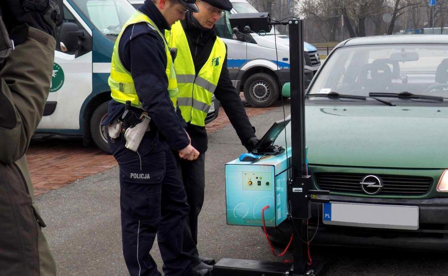 W czasie kontroli policja będzie rozdawać ulotki o prawidłowym ustawieniu świateł, a aplikacja Yanosik poinformuje o możliwości bezpłatnych badań w pobliskich stacjach kontroli pojazdów