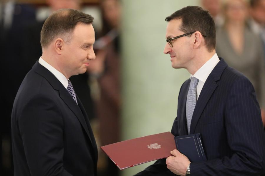 Prezydent Andrzej Duda wręcza akt powołania na stanowisko prezesa Rady Ministrów Mateuszowi Morawieckiemu podczas uroczystości w Pałacu Prezydenckim.