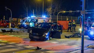 Miejsce wypadku, do którego doszło w nocy z 25 na 26 bm., na skrzyżowaniu ul. Pryncypalnej z al. Bartoszewskiego (trasa Górna) w Łodzi. Zginęły trzy osoby