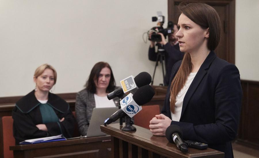 Posłanka PO Agnieszka Pomaska (P) oraz radna PiS Anna Kołakowska (C) z pełnomocnikiem Moniką Brzozowską-Pasieką (L) na sali rozpraw