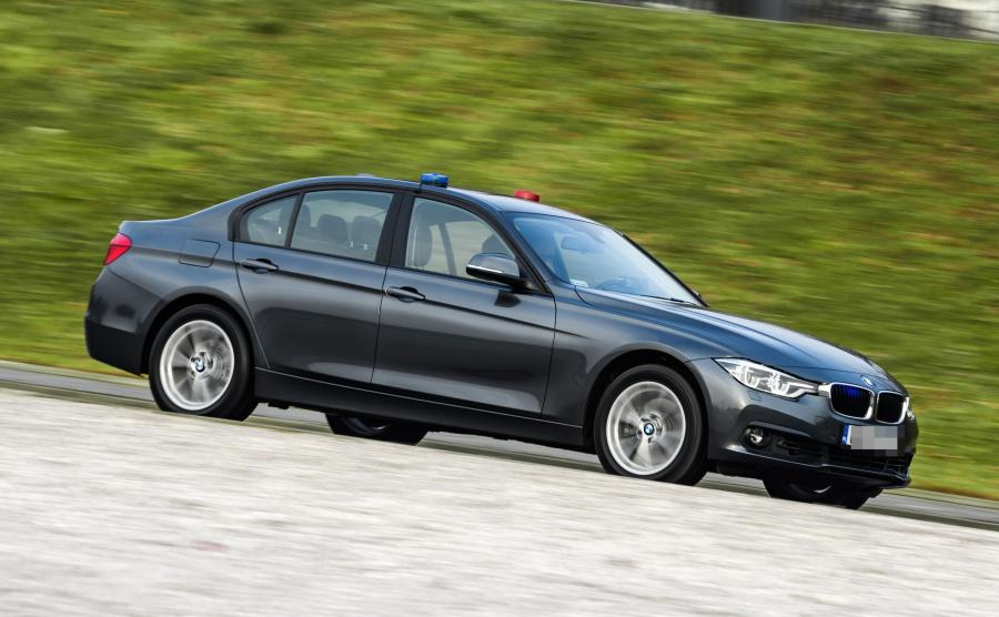 Kolejna pula 50 aut już trafia do służby na polskich drogach. Różne kolory karoserii BMW mogą zmylić kierowców, którzy do tej pory przywykli do czarnych i srebrnych opli insignia