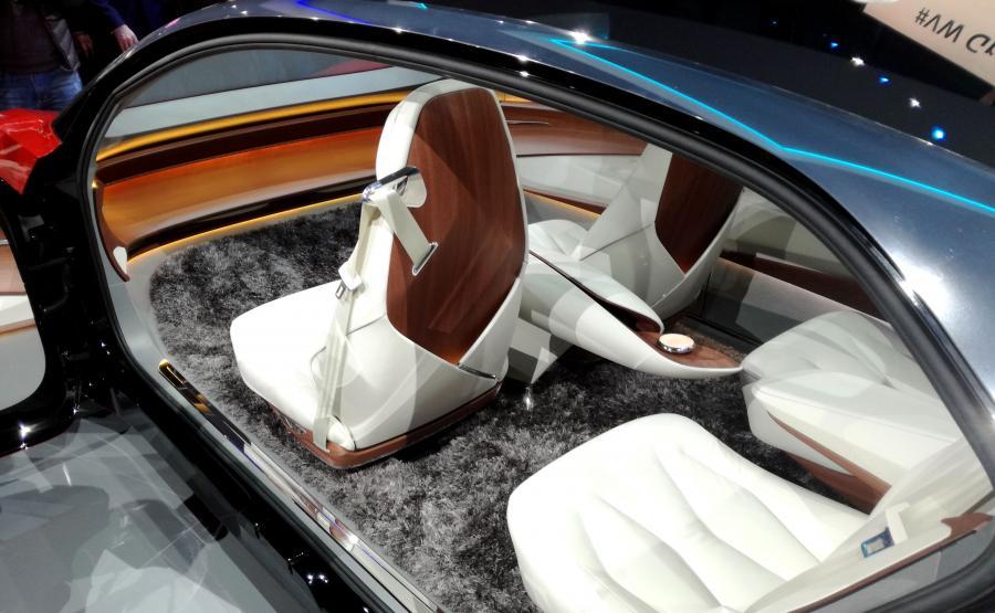 Volkswagen I.D. VIZZION jest przytulny jak salon. Nie ma kierownicy, tylko cztery osobne fotele i... najprawdziwszy dywan. Po założeniu specjalnych okularów pasażerowie w trójwymiarze widzą wskazania urządzeń pokładowych