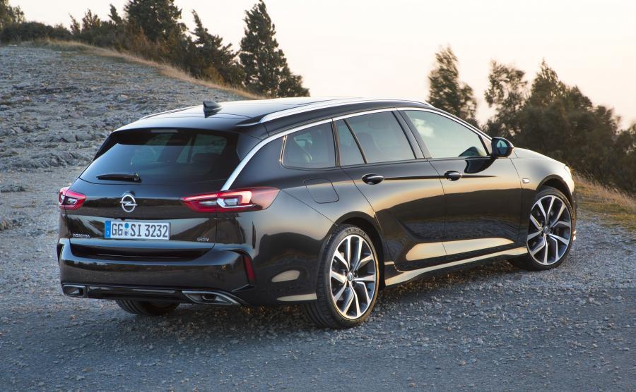 Opel Insignia GSi Sports Tourer mierzy aż 4998 mm. Kawał szybkiego kombi, którego bagażnik może pomieścić od 560 do 1665 l
