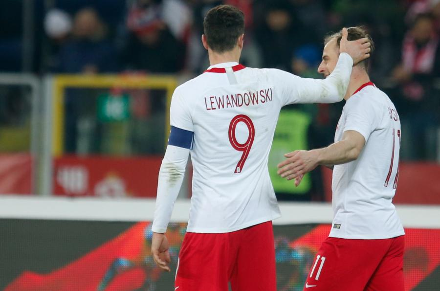 Robert Lewandowski (L) gratuluje Kamilowi Grosickickiemu (P)