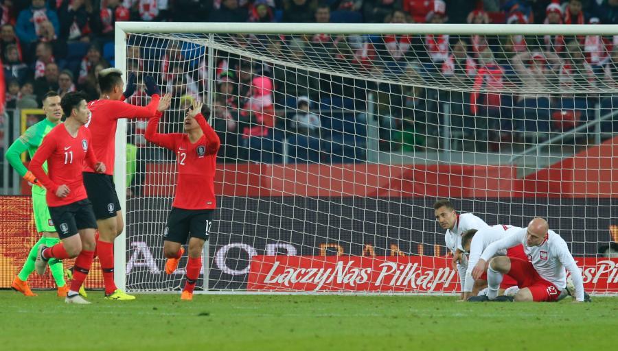 Joo-ho Park (L) z Korei Południowej cieszy się z bramki strzelonej reprezentacji Polski