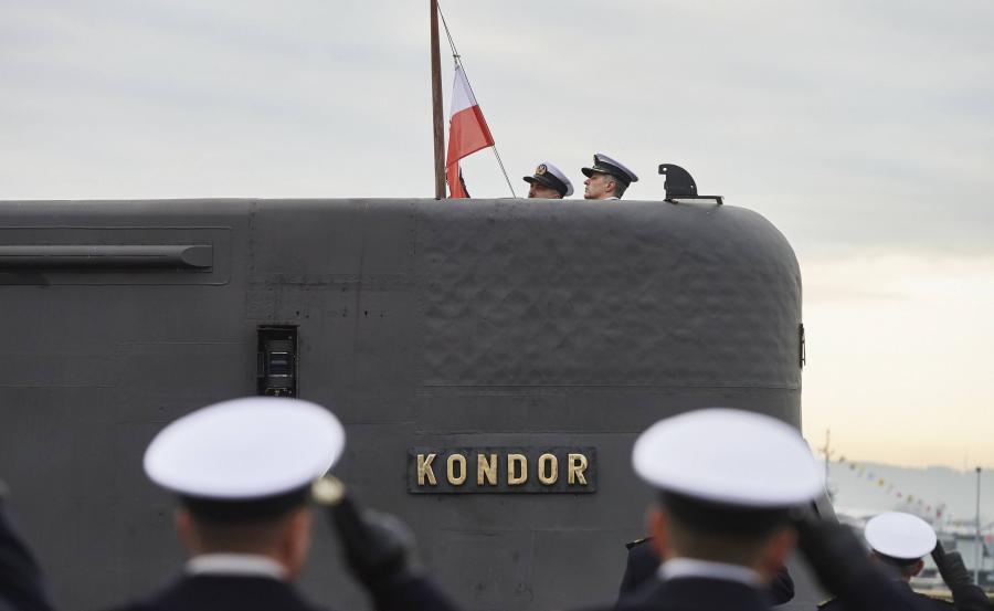 Opuszczanie bandery po raz ostatni na ORP Kondor
