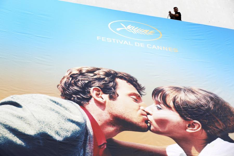 """Plakat nawiązujący do sceny pocałunku Jean Paula Belmondo i Anny Kariny w """"Szalonym Piotrusiu"""" Jean Luca Godarda"""