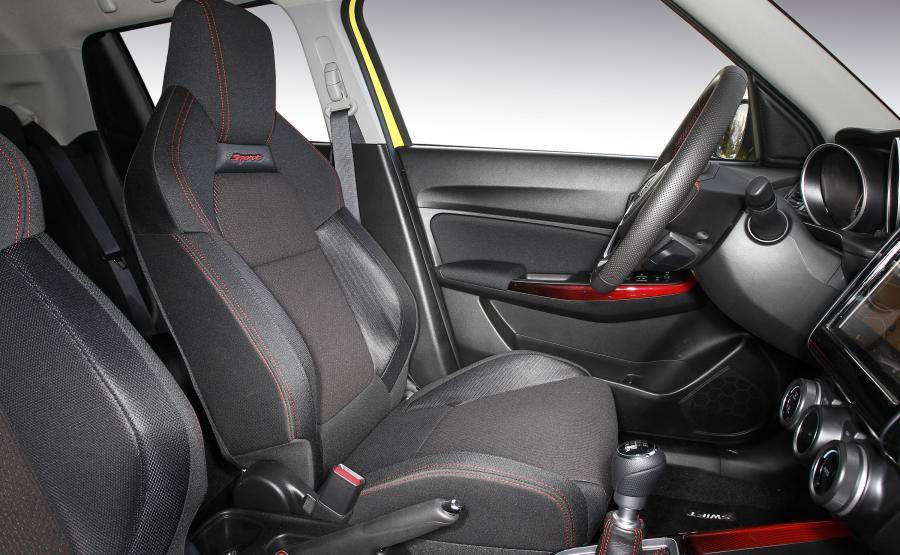 Suzuki Swift Sport głęboko profilowanymi fotelami zachęca do... aktywnego uprawiania sportu. Ten samochód spokojnie nadaje się do codziennej eksploatacji i na weekendowe wyprawy