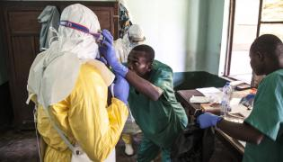 Przygotowania do kontaktu z pacjentami, którzy mogą być zarażeni ebolą. Szpital Bikoro w Demokratycznej Republice Konga