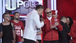 Rafał Brzozowski wręcza anagrodę zespołowi Kombi