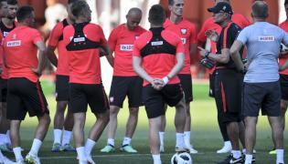 Trener reprezentacji Polski Adam Nawałka (2P) w rozmowie z zawodnikami
