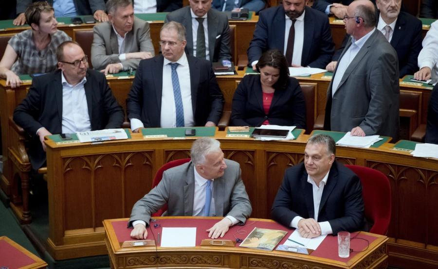 Premier Viktor Orban i deputowany Zsolt Semjen podczas głosowania nad pakietem \