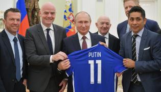 Władimir Putin (w środku)