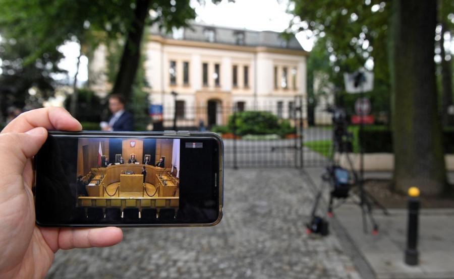 Widziana na wyświetlaczu smartfona relacja z posiedzenia TK