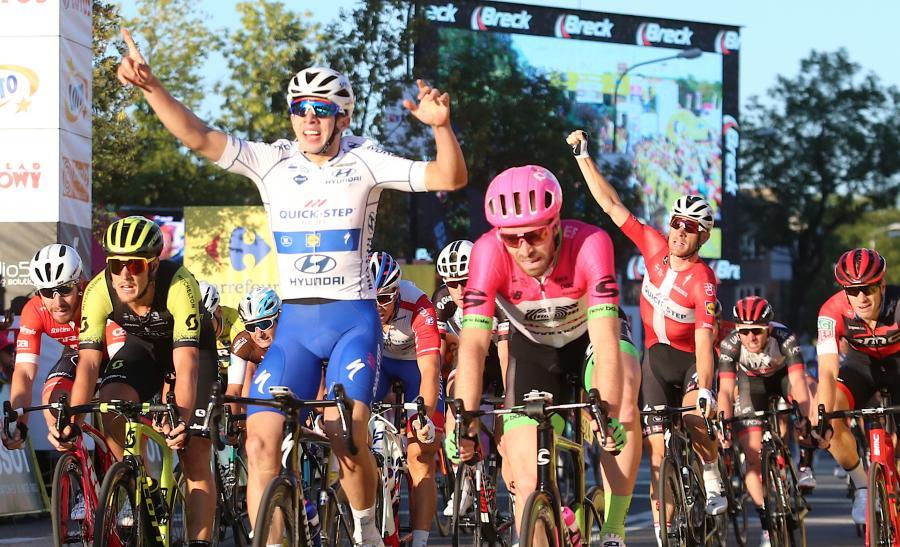 Kolumbijczyk Alvaro Joséphine Chagui Hodeg (C) z grupy Quick-Step Floors wygrał 3. etap 75. wyścigu Tour de Pologne z Chorzowa do Zabrza