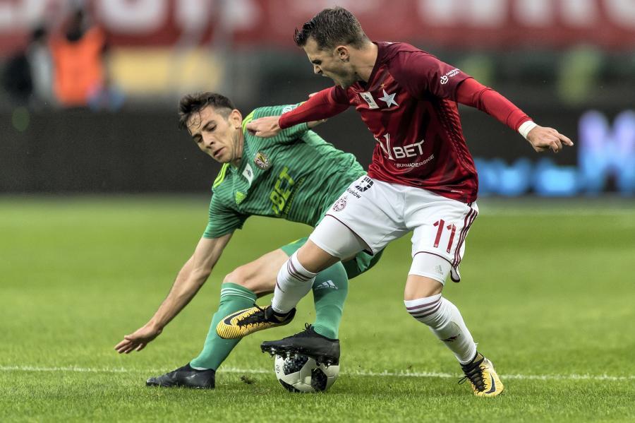 Piłkarz Śląska Wrocław Farshad Ahmadzadeh (L) i Jesus Imaz (P) z Wisły Kraków podczas meczu Ekstraklasy