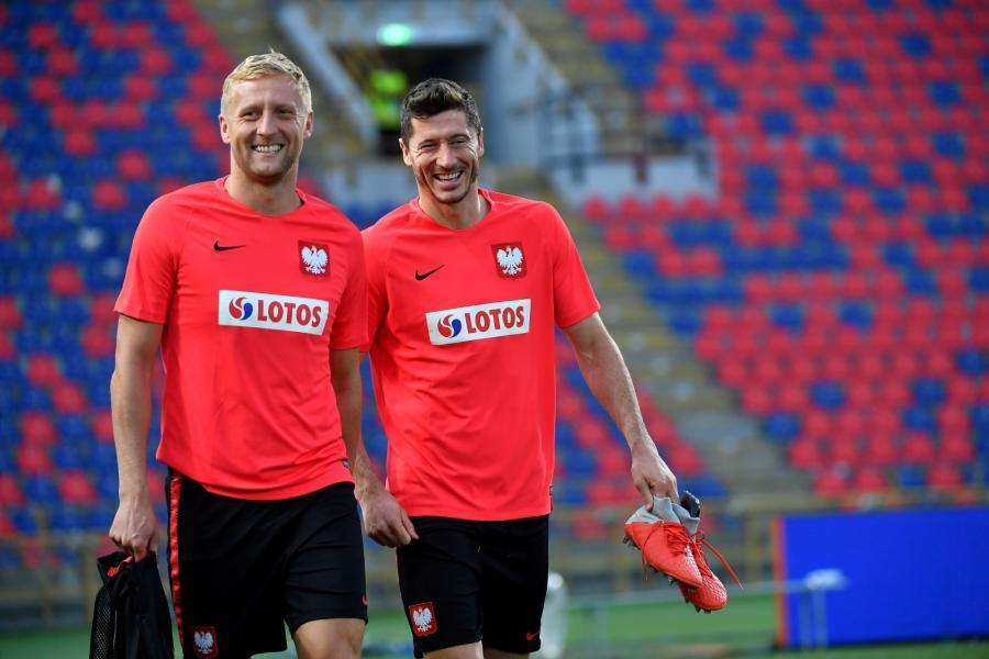 Robert Lewandowski (P) i Kamil Glik (L) podczas trening kadry w Bolonii