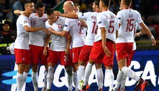 Zawodnicy reprezentacji Polski cieszą się ze zdobytej bramki przez Piotra Zielińskiego