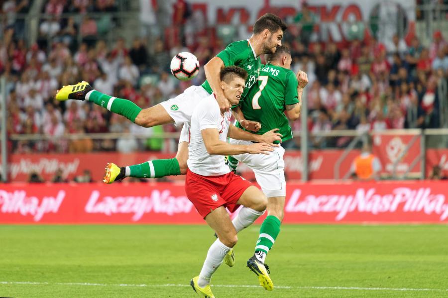 Piłkarz reprezentacji Polski Krzysztof Piątek (C) oraz John Egan Shaun i Williams z Irlandii
