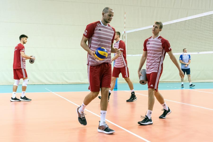 Siatkarze reprezentacji Polski Bartosz Kurek (C) i Artur Szalpuk (P) podczas treningu kadry w Warnie