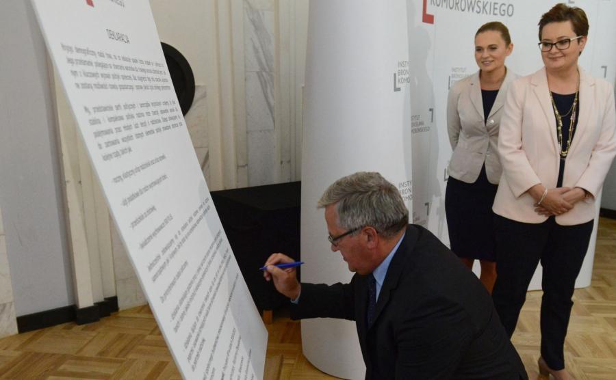 Były prezydent Bronisław Komorowski, przewodnicząca Nowoczesnej Katarzyna Lubnauer i liderka Inicjatywy Polska Barbara Nowacka podpisują \