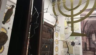 Wybita szyba w gdańskiej synagodze. Fot. Twitter/Forum Żydów Polskich