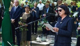 Małgorzata Rybicka przemawia podczas ponownego pogrzebu męża