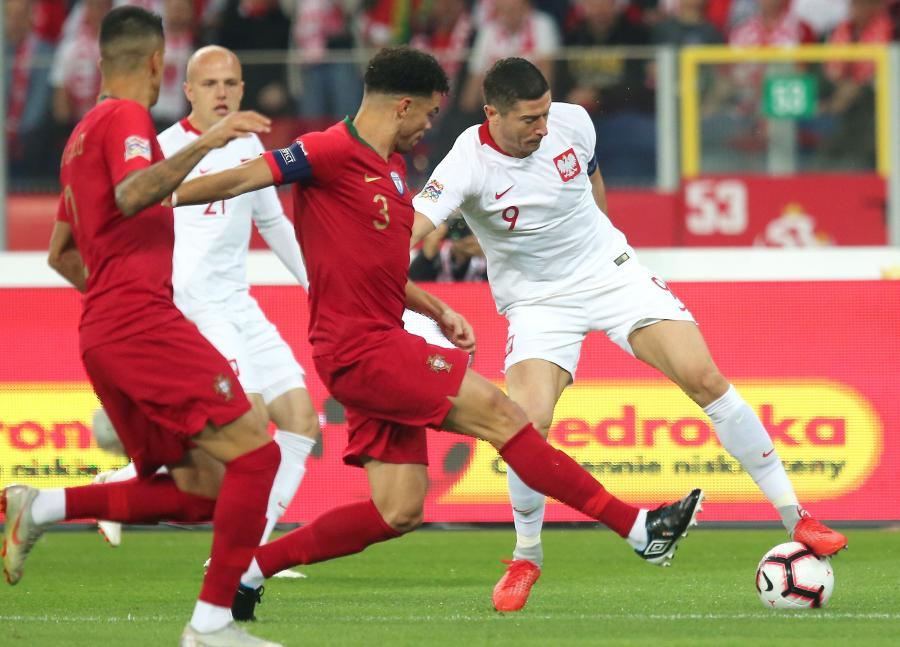 Polacy Robert Lewandowski (P) i Rafał Kurzawa (2L) oraz Pepe (2P) z Portugalii podczas meczu piłkarskiej Ligi Narodów