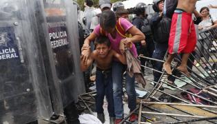 Migranci na granicy między Gwatemalą a Meksykiem