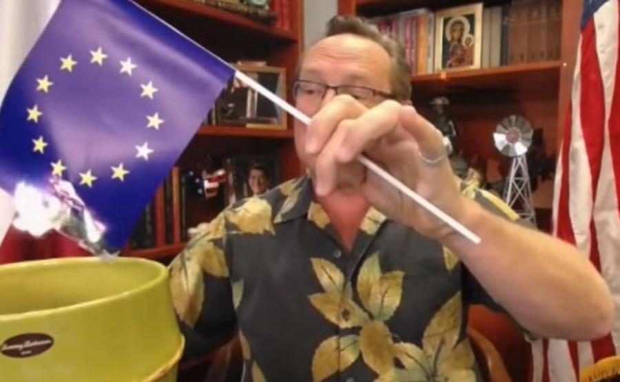 Wojciech Cejrowski podpalił flagę UE