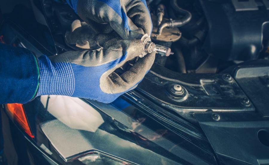 Wymiana żarówki w samochodzie